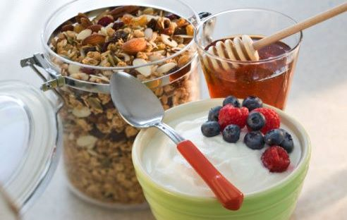 prevenzione-fotinvecchiamento-colazione-yogurt-miele-frutti-di-bosco
